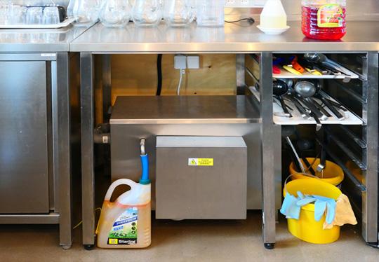 Osazení MOBILAPu pod pracovní stůl vedle myčky na nádobí